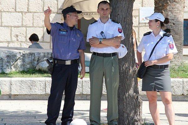 Policajti v Chorvátsku. Stretnete ich aj na Makarskej.