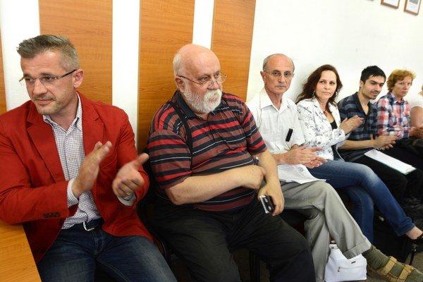 Tábor proti výmene. Aktivisti, obyvatelia a poslanec Špak chcú, aby les ostal v rukách mesta.