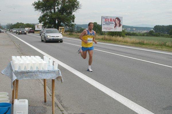 Tibor Sahajda. Tretí štart v polmaratóne z Košíc do Sene pretavil v premiérové víťazstvo.