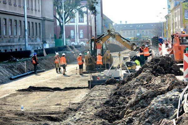 Kuzmányho 10. marca. Napriek tomu, v akom stave bola rekonštrukcia, mesto Korzáru tvrdilo, že sa dokončí do konca mája. Dodnes nie je hotová.