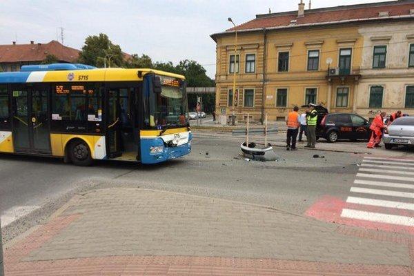 Po zrážke na Štúrovej. V autobuse bolo šesť ľudí, zranila sa jedna žena.