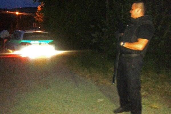 Noc na Pereši. Ozbrojení policajti číhali pred domom.