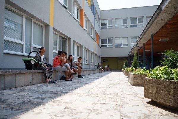V nemocnici. Pred teplom sa ukrývajú do tieňa pacienti i návštevy.