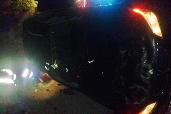 Zásah hasičov. Posádku hľadali aj pod autom.
