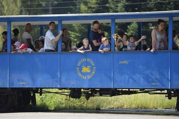 Vlak radosti odviezol  na Košickej detskej historickej železnici viac ako 300 detí z detských domovov, náhradných rodín, ako aj krízových a komunitných centier z celého východného Slovenska.