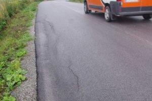 Nový asfalt. Už stihol aj popraskať.