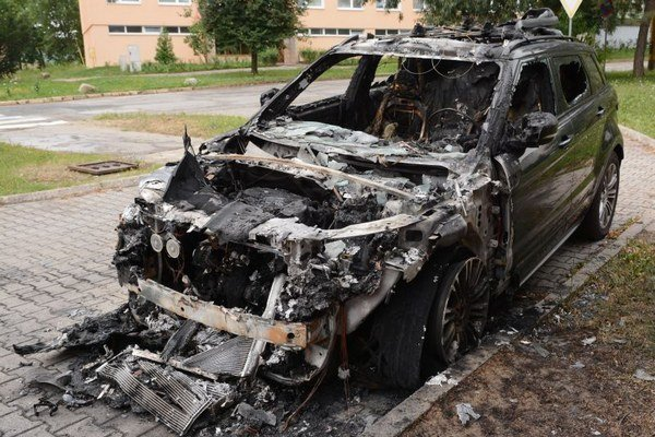 Land Rover. Niekto ho podpálil, polícia páchateľa hľadá.