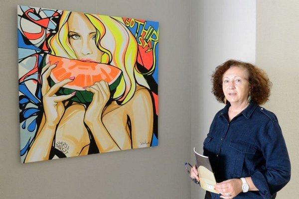 Na snímke vpravo riaditeľka Múzea Vojtecha Löfflera Milena Gašajová pri obraze s názvom So thirsty od Huly Valenčíkovej.