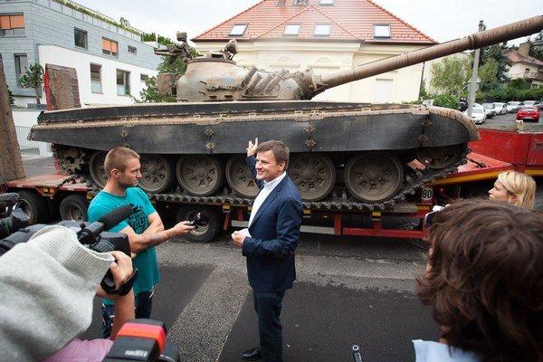 Alojz Hlina. S pobytom na tanku má tento poslanec bohaté skúsenosti.