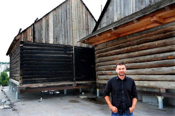 Tomáš Džadoň. Tri drevenice, ktoré sa mu podarilo osadiť na streche furčianskeho paneláku, budú čoskoro už len históriou.