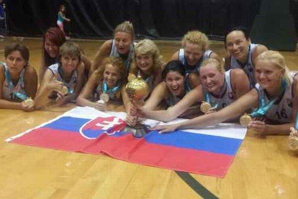 Slovenské dámy s pohárom pre šampiónky. Do Ameriky necestovali nadarmo.
