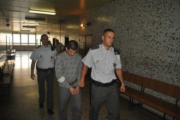 Norbert s eskortou. Odvolanie mu na súde zamietli.
