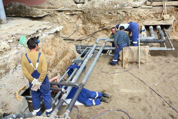 Gudernova 12. Robotníci z TEKO tam dokončovali ďalšiu opravu potrubia, hádam si ju už nezopakujú.