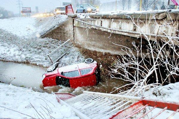 Kuriózna nehoda. Vodičke sa po páde do potoka nič nestalo.