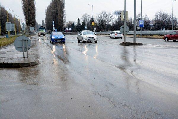 Provizórne rozšírená cesta. Pruhy s vybočeniami a esíčkami sú za dažďa takmer neviditeľné.