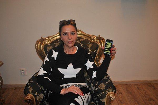 Nora Mojsejová. Ukazuje mobil s výhražnou esemeskou.