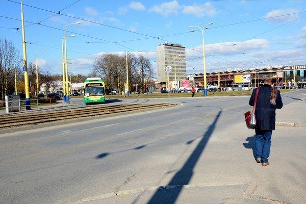 Staničné námestie. V smere od krytej plavárne sa zriadi autobusová zastávka ešte pred týmto prejazdom cez koľajnice.