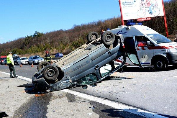 Po nehode. Muža síce z auta vyslobodili, v nemocnici však zomrel.