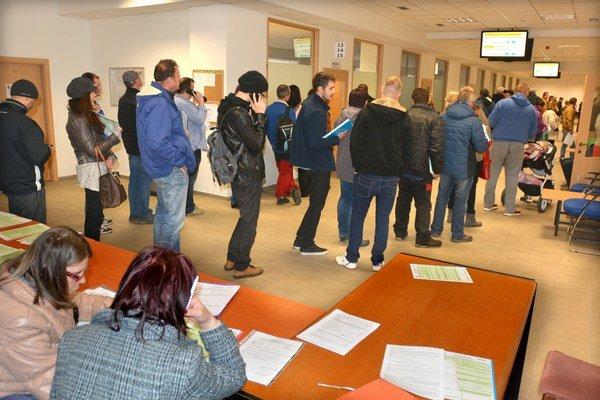 """Daňoví čakatelia. Ak nemali """"šťastie"""" na pracovité účtovníčky s desiatkami vypracovaných priznaní, stáli včera v rade zhruba 5 minút."""