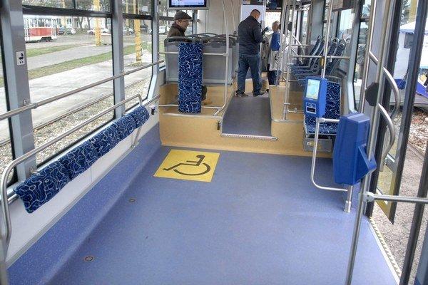 """Dve """"ihriská"""". Nízkopodlažné časti novej električky sú úplne bez sedadiel."""