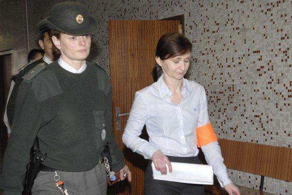 Monika Zbojovská s eskortou. Vo väzbe bola vyše roka kvôli vyhýbaniu sa pojednávaniam.