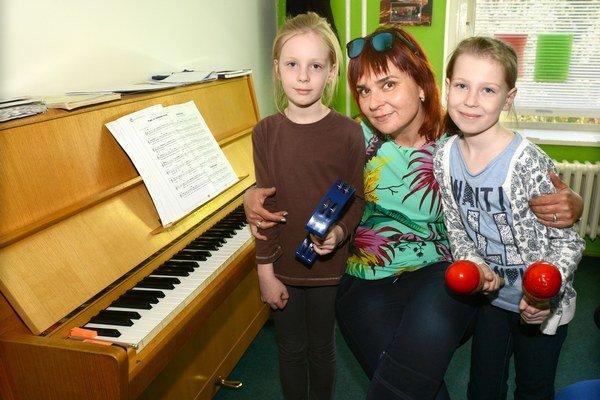 Na hodiny s ňou sa deti tešia. Karolínka a Soňa by raz chceli byť slávne speváčky.