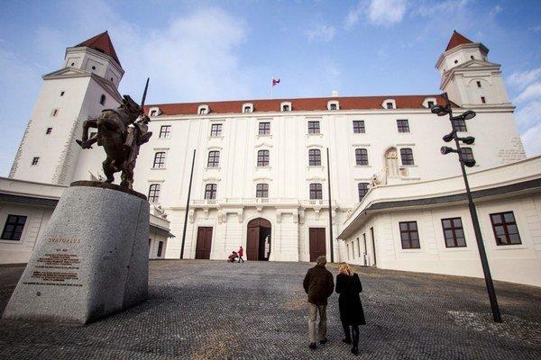 Predseda parlamentu Peter Pellegrini chce Hrad vybaviť replikami historického nábytku. Prečo sa rozhodol pre repliky a nie pre historický nábytok, parlament neodpovedal.