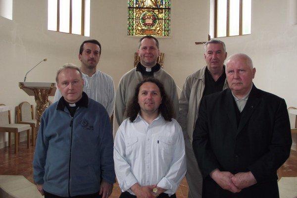 Členovia komunity SJ v Košiciach. Druhý zľava jej predstavený páter Ján Benkovský.
