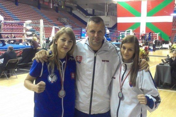 Medailistky z Bilbaa. Vľavo Veronika Petríková, vpravo Zuzana Gábová, a medzi nimi tréner Bonk.