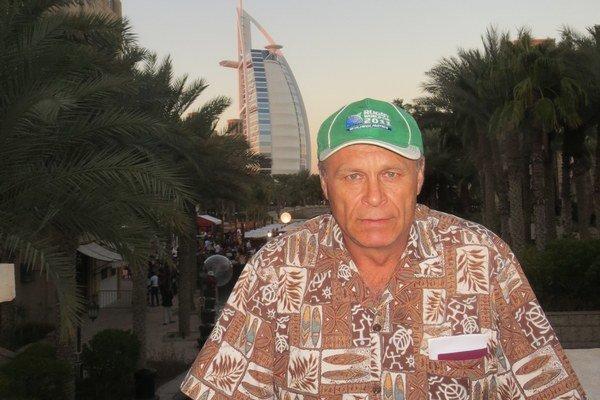 Ivan a v pozadí Burj al-Arab. Hotel postavili na umelomostrove.