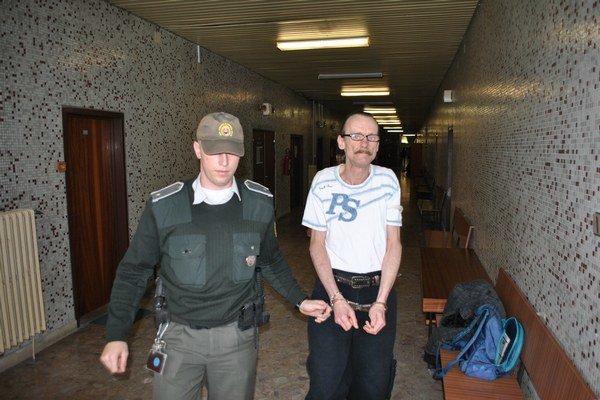 Jozef s eskortou. Košičan je nespokojný s postupom sudcu aj bývalého obhajcu.