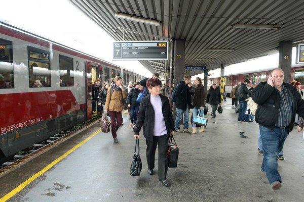 Od pondelka môžu študenti a dôchodcovia jazdiť vlakmi bezplatne.