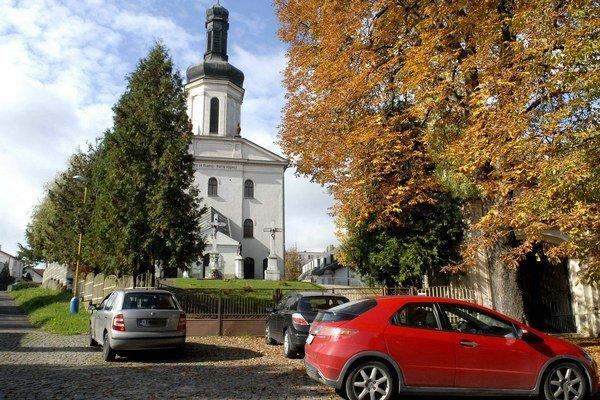 Autá pod kostolom parkovať smú. 500 obyvateľom to však prekáža.