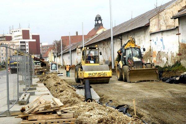 Práce na Kuzmányho. Sú súčasťou rekonštrukcie električkovej trate Námestie Maratónu mieru – Staničné námestie.