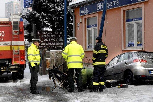 Seat zaparkoval pri múre. Polícia vyšetrovala, plynári opravovali prípojku.
