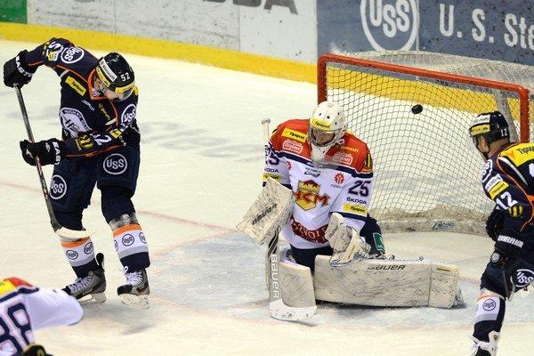 Presilovkový gól. Radek Philipp (vľavo) tečuje strelu Erika Černáka, ktorá končí v zvolenskej bráne.