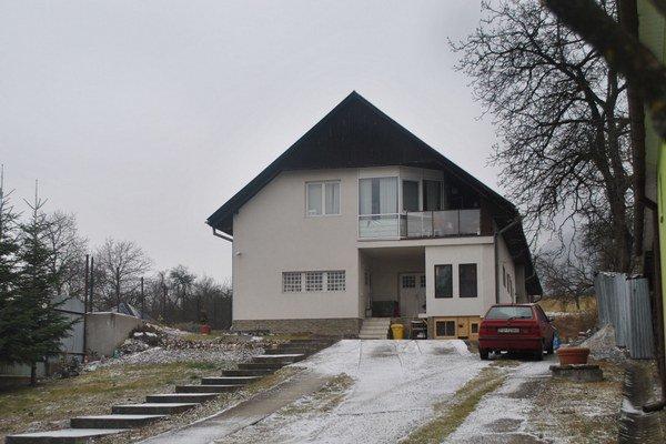 Rodinný dom vo Varhaňovciach, kde má Matik stále prihlásený trvalý pobyt. Býva tam jeho manželka s deťmi, podľa katastra je oficiálnym majiteľom nehnuteľnosti Matikov brat z Bretejoviec.