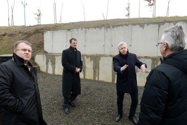 Na snímke zľava štátny tajomník Ministerstva životného prostredia SR Vojtech Ferencz a starosta obce Nižná Myšľa Miroslav Sisák pri pilótovej stene pri škole. Nižná Myšľa.