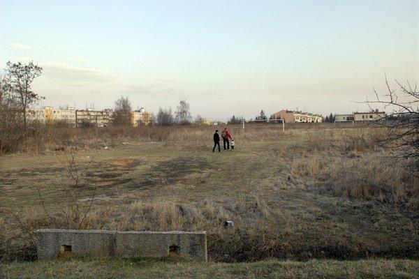 Chátrajúca plocha. Lokalita nad Popradskou by sa využila zmysluplne.