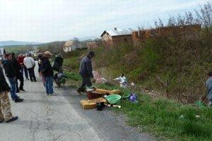 Jarné upratovanie. Takto si Rómovia počas brigád skrášľujú okolie osady.
