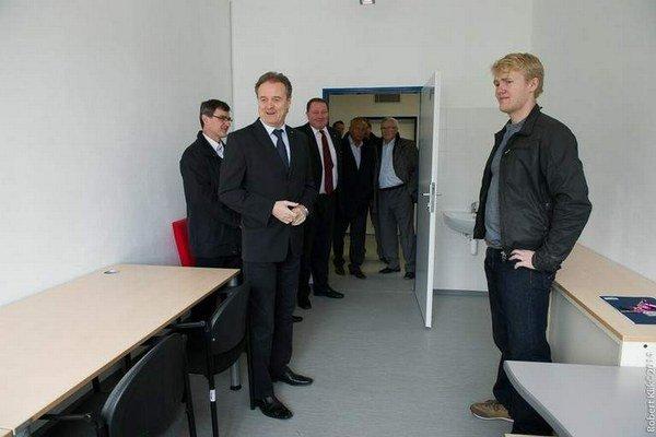 Rektor Anton Čižmár. Prezerá si priestory nového centra.
