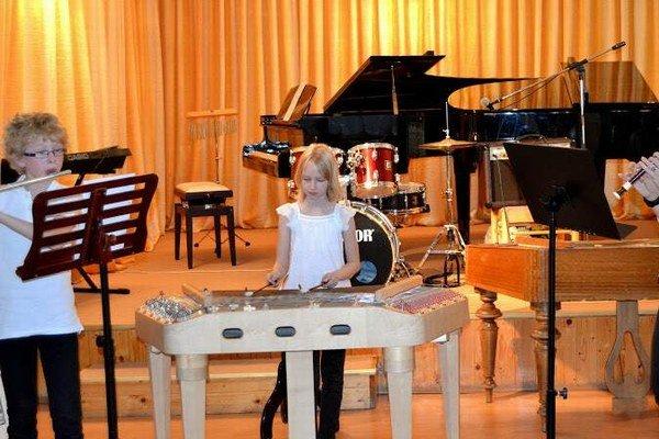 Budúci hudobníci. Martin Albert Gbúr sa učí hre na flaute, Barbore Gbúrovej učaroval cimbal.