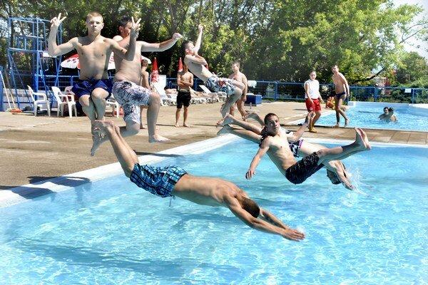 Zaskákali si. Mladíci otestovali vodu v bazéne.