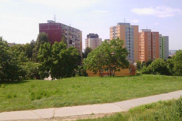 Lokalita Kalinovská. Blízko je obchod, zastávka, venčovisko a vidno aj drevenice.