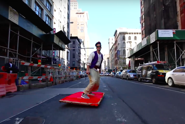 Aladin v New Yorku na lietajúcom červenom koberci.