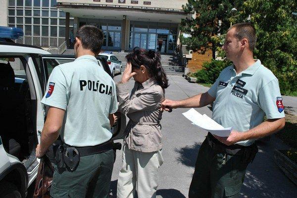 Mária s eskortou. Zo súdu ju odviedli do väzenia.