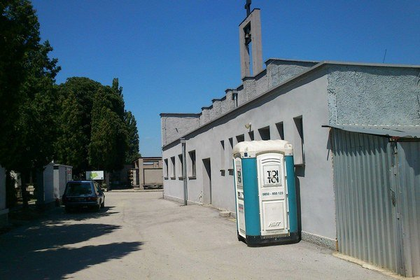 Prenosné WC. Návštevníci cintorína si s ním budú musieť vystačiť dlhodobejšie.