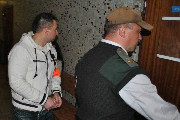 Zoltán s eskortou. Na súd čaká vo väzbe.