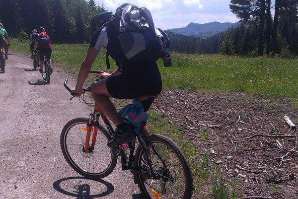 Cyklisti pri jazde lesom musia byť opatrní.