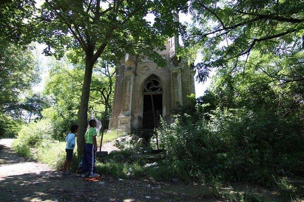 Historický cintorín. Nikto sa oň nestará a je obľúbeným miestom  asociálov.